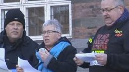 Syge på kontanthjælp demonstrerer på rådhuspladsen